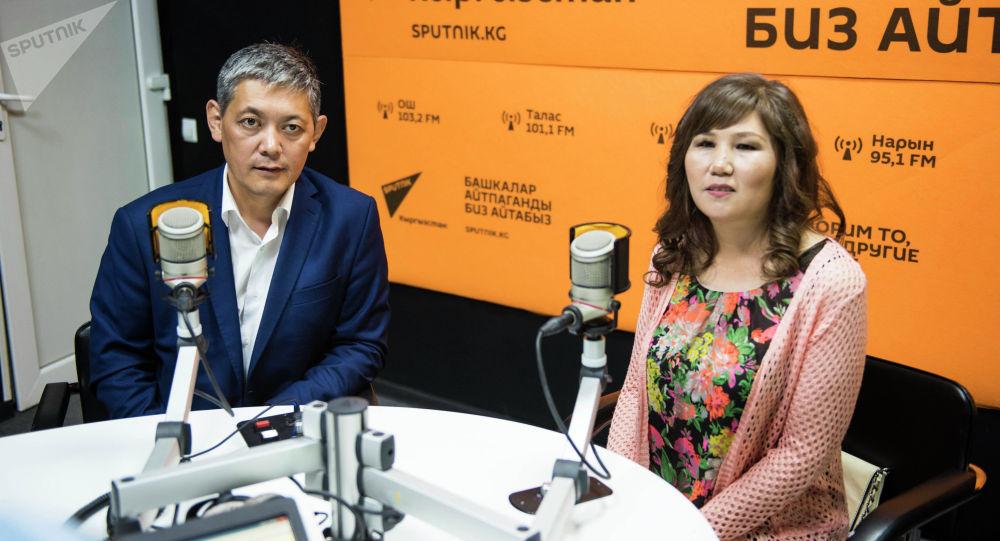 Гулум Касымова и ее супруг Бактияр Мамбетказиев во время интервью на радио Sputnik в рамках программы Я — родитель
