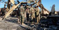 Солдаты США стоят на месте, пораженном иранской бомбардировкой на авиабазе Айн-Асад, в Анбаре, Ирак. На 13 января 2020 года