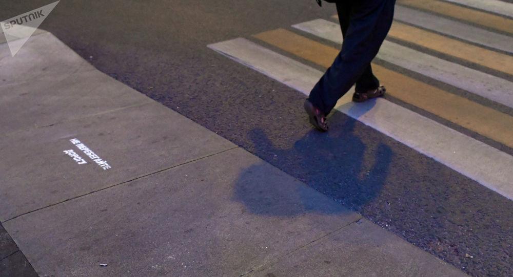 Мужчина переходит дорогу. Архивное фото