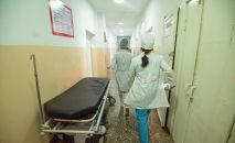 Врачи идут по коридору больницы. Архивное фото