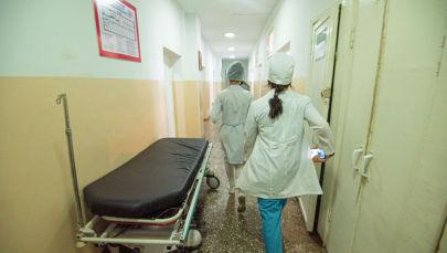 Бишкектеги оорукананын коридорунда бара жаткан дарыгерлер