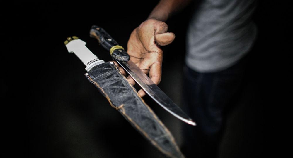 Мужчина держит ножи в руке. Иллюстративное фото