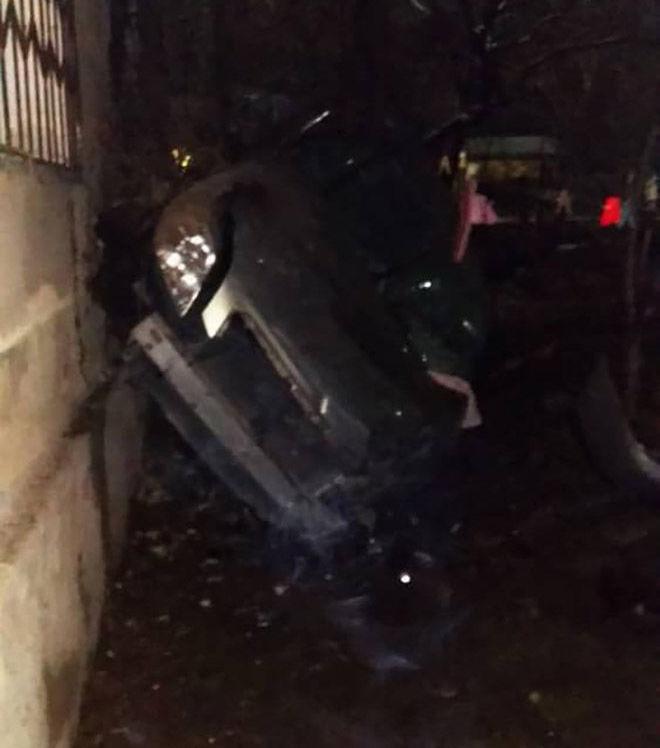 В Бишкеке на пересечении улиц Ворошилова и Лермонтова примерно в 21.20 опрокинулась машина