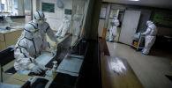 Медицинские работники работают в изолированном отделении куда поступают пациенты с подозрением на коронавирус, город Ухань, Китай. 8 февраля 2020 года