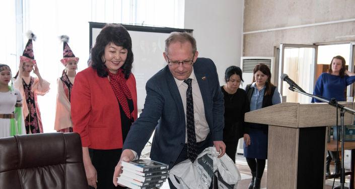 В здании Национальной библиотеки имени Алыкула Осмонова в Бишкеке сегодня открылся Центр российской литературы и культуры