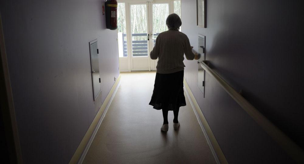 Женщина идет по коридору. Архивное фото