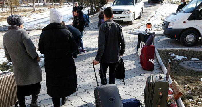 Прибывших из Китая 18 студентов отпустили домой после двухнедельного карантина