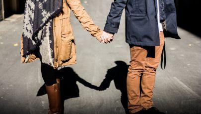 Мужчина и женщина держаться за руки. Архивное фото