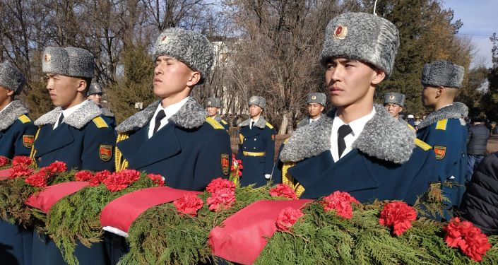 В Бишкеке воины-афганцы почтили память своих погибших товарищей и возложили к мемориалу цветы