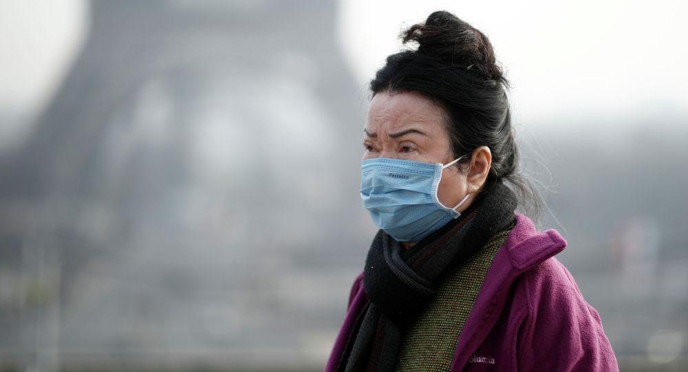 Женщина в медицинской маске в Париже, Франция. 25 января 2020 года