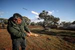 Сирийский повстанец запускает ракету в сторону правительственных войск в Идлибе. Архивное фото