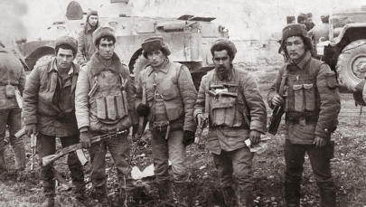 Афган согушунун ардагери Жаныбек Бакиров (оңдо)