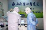 Кытайдагы медицина кызматкерлери пациенттеринин канын текшерүүдө. Архивдик сүрөт
