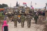 Русские, сирийцы и другие собрались рядом с американским военным конвоем, застрявшим в деревне Хирбет-Амму, к востоку от города Камышлы. Сирия, 12 февраля 2020 года