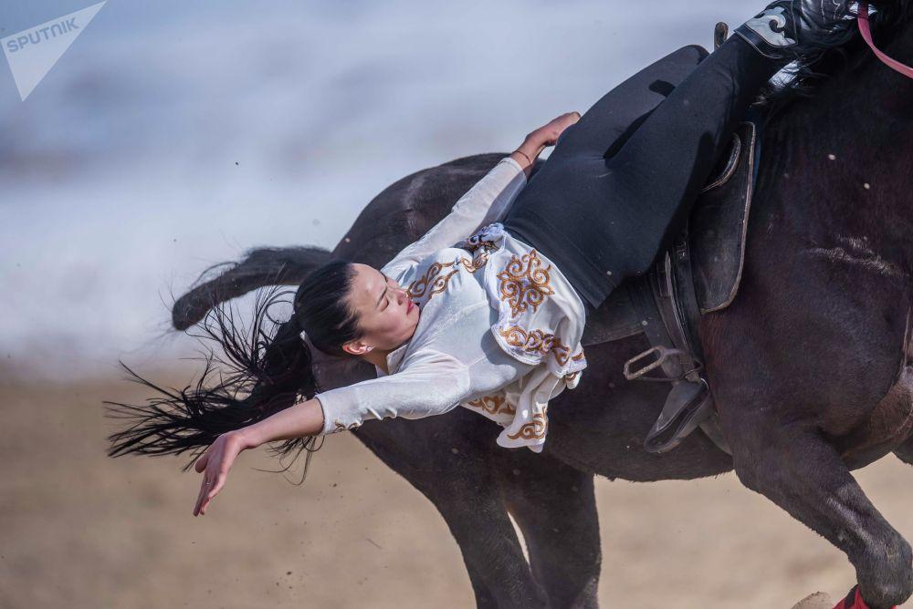 Ат жалында ойногон Диана Ашырбаева дээрлик беш жылдан бери улуттук ат оюндарын көркүнө чыгарып келет