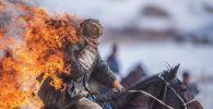 Горящий каскадер на лошаде во время выполнения сложного трюка на конных играх в селе Казыбек Ат-Башинского района Нарынской области. 15 февраля 2020 года