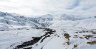 Вид на горы близ села Казыбек Ат-Башинского района Нарынской области. Архивное фото