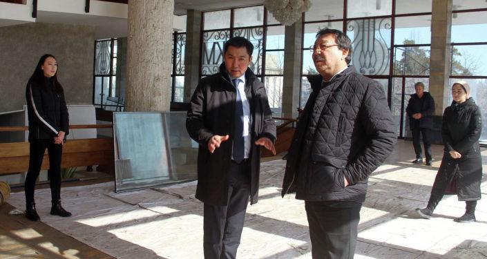 Руководитель Национального академического театра драмы имени Токтоболота Абдумомунова, артист Асылбек Озубеков и министр культуры Азамат Жаманкулова осматривают ремонт здания театра в Бишкеке