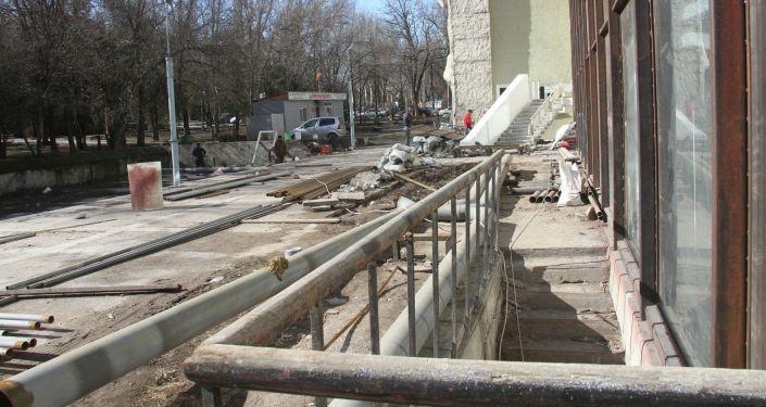 Территория Национального академического театра драмы имени Токтоболота Абдумомунова во время ремонта в Бишкеке