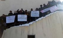 У здания районной администрации в центре села Ат-Баши Нарынской области проходит митинг против строительства торгово-логистического центра инвесторами из Китая.