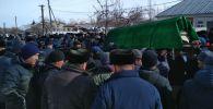 Похороны погибшего на руднике Кумтор экскаваторщика