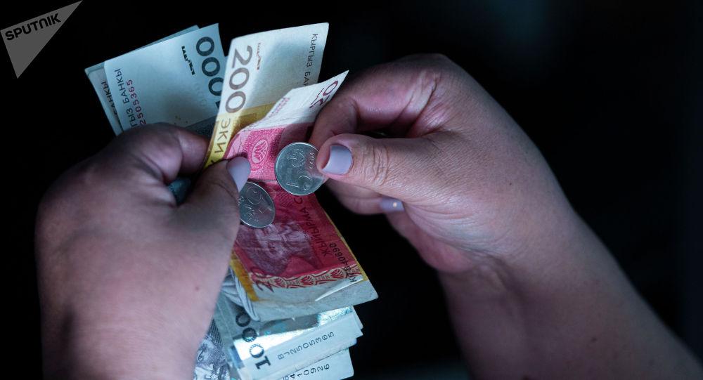 Женщина с деньгами в руках. Архивное фото