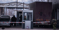 Сотрудники пограничной службы на пункте пропуска на границе Кыргызстана и Казахстана. Архивное фото