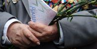 Ветеран Великой Отечественной войны держит письмо во время празднования Дня Победы на Театральной площади в Москве. Архивное фото