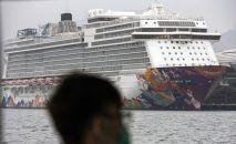 Круизный лайнер World Dream в порту Гонконга.