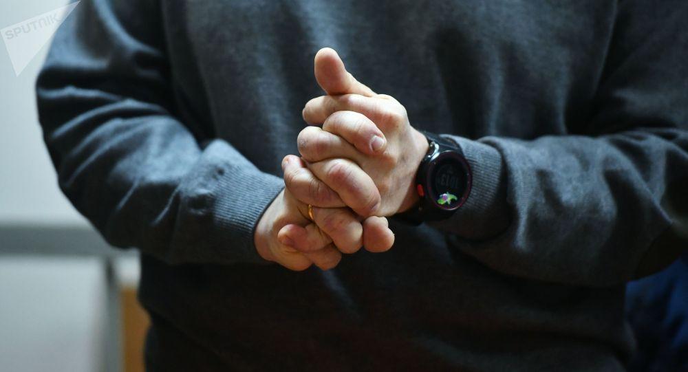 Мужчина хрустит пальцами. Архивное фото