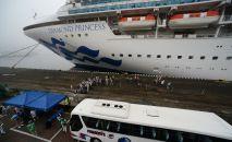 Круизный лайнер Diamond Princess (Бриллиантовая принцесса) в порту Владивостока.