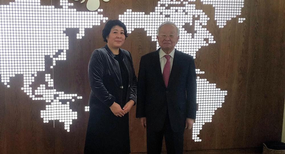Кыргызстандын Кореядагы элчиси Динара Кемелова CJ Group компаниясынын тɵрагасы Кён Шик Сон менен жолугуп, өлкөгө инвестиция салууну сунуштады