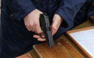 Мужчина с пистолетом Макарова. Архивное фото