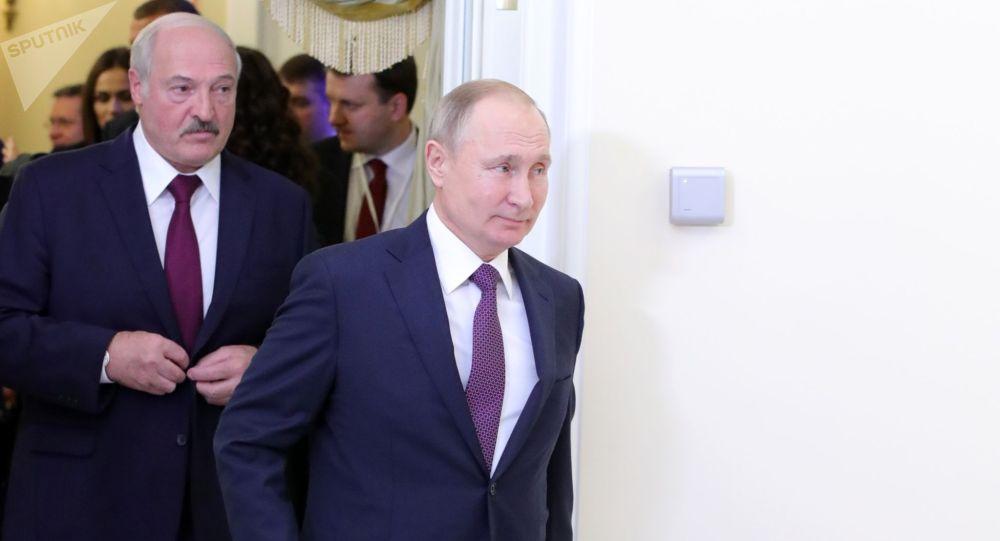 Президент РФ Владимир Путин и президент Белоруссии Александр Лукашенко (слева) в Президентской библиотеке имени Б. Н. Ельцина перед заседанием Высшего евразийского экономического совета (ВЕЭС). Архивное фото