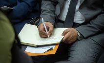 Чиновник записывает на блокноте. Архивное фото