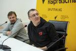 Известный российский журналист, телеведущий и спортивный комментатор Василий Конов (справа). Архивное фото