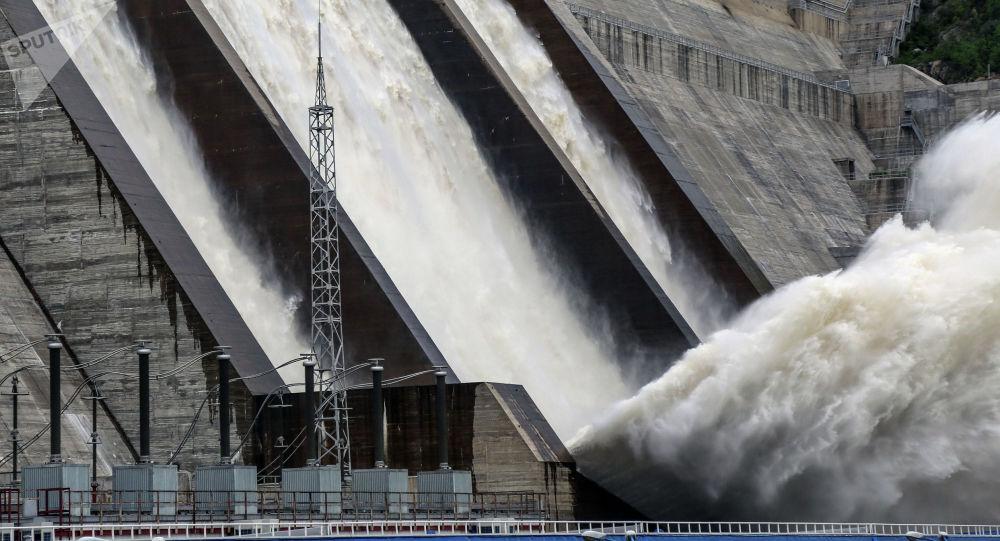 Сброс воды на одной из ГЭС. Архивной фото