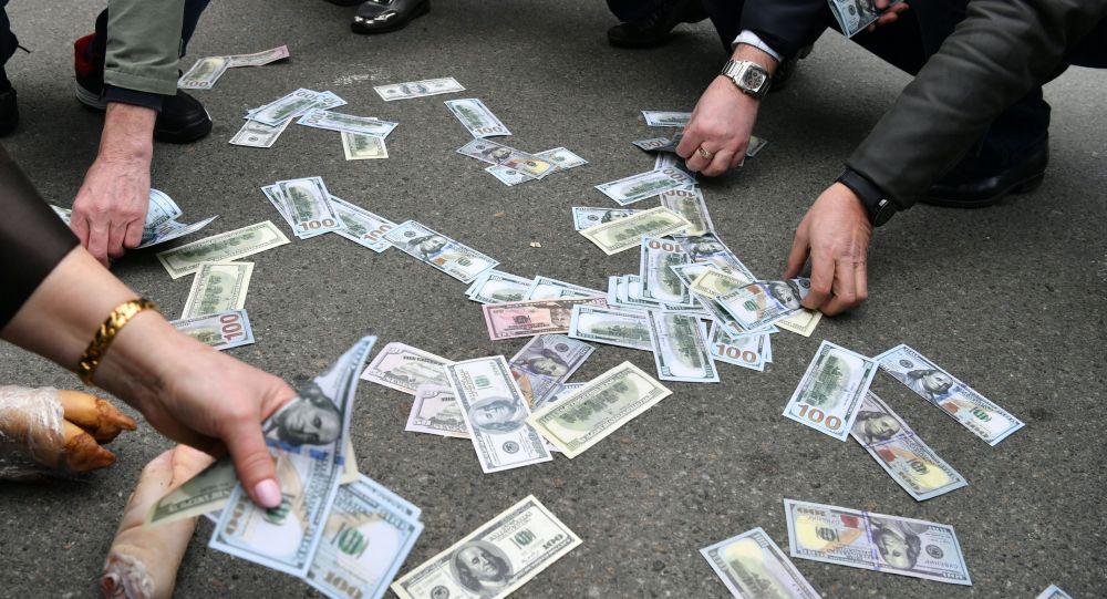 Фальшивые доллары. Архивное фото