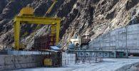 Строительство плотины Камбаратинской ГЭС. Архивное фото