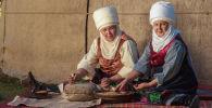 Элечек кийген аялдар. Архивдик сүрөт