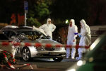 Судебные эксперты работают вокруг поврежденного автомобиля после стрельбы в Ханау, Германия. 20 февраля 2020 года