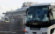 Автобус перевозит пассажиров с круизного лайнера Diamond Princess на пирсе Daikoku в Йокогаме, Япония. 19 февраля 2020 года