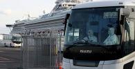 Автобус перевозит пассажиров с круизного лайнера Diamond Princess на пирсе Daikoku в Йокогаме, Япония. 19 февраля 2020 года