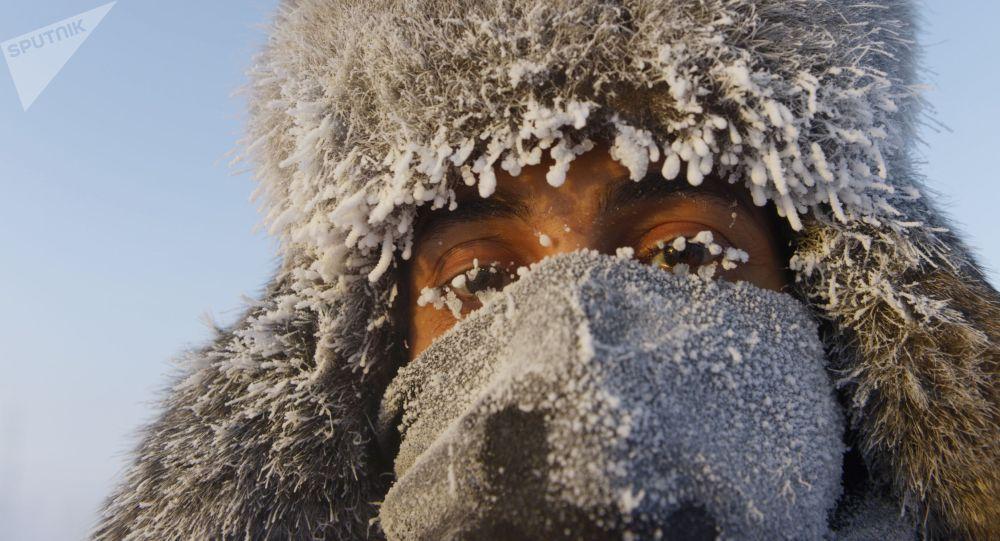 Араб Эмиратынан Оймяконго келген турист кыз. Оймякондо бул убакыт температура -47 градуска түшкөн. Архивдик сүрөт
