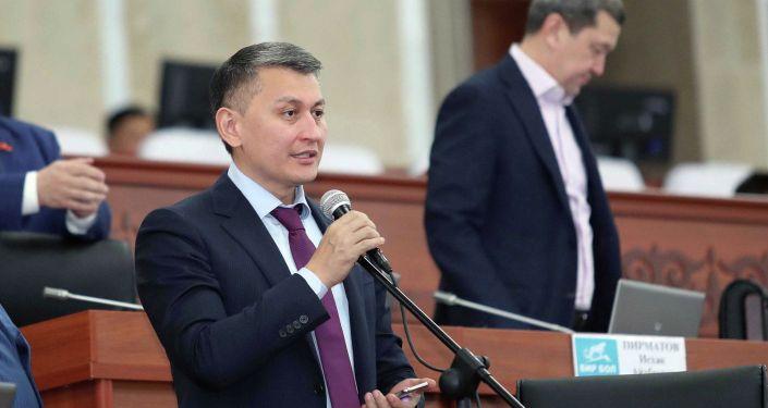 Депутат Жогорку Кенеша 6 созыва от фракции Бир Бол Исхак Пирматов во время выступления