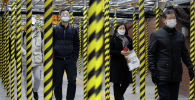 Люди в масках на станции метро в Сеуле. Южная Корея, 20 февраля 2020 года