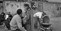 Кыргыз Республикасынын эл артисти Болот Бейшеналиев менен СССРдин эмгек сиңирген артисти Наталья Аринбасарованын сүрөтү 1965-жылы Нарын облусунда тартылган
