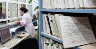 Медицинский работник в поликлинике. Архивное фото