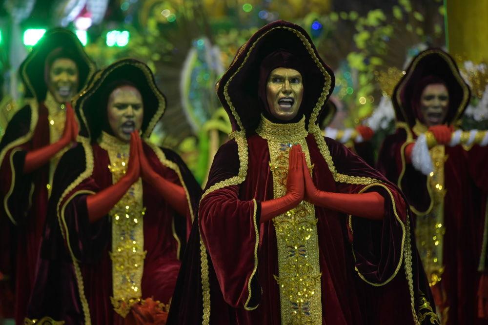Эпицентром праздника считается конкурс-парад школ самбы, который проходит на длинной (700 метров) площадке с трибунами