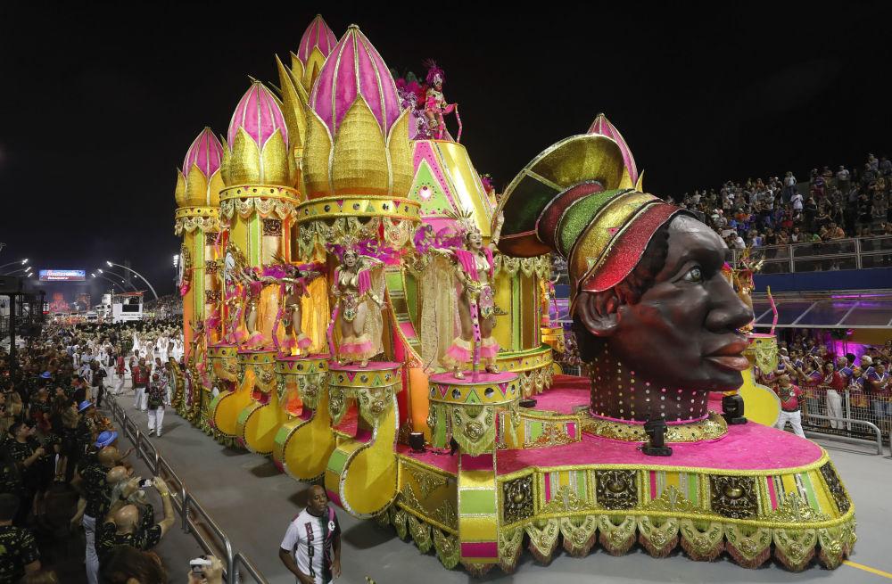 Повсюду царило безудержное веселье, кульминация которого — шествие красочных платформ по самбодрому